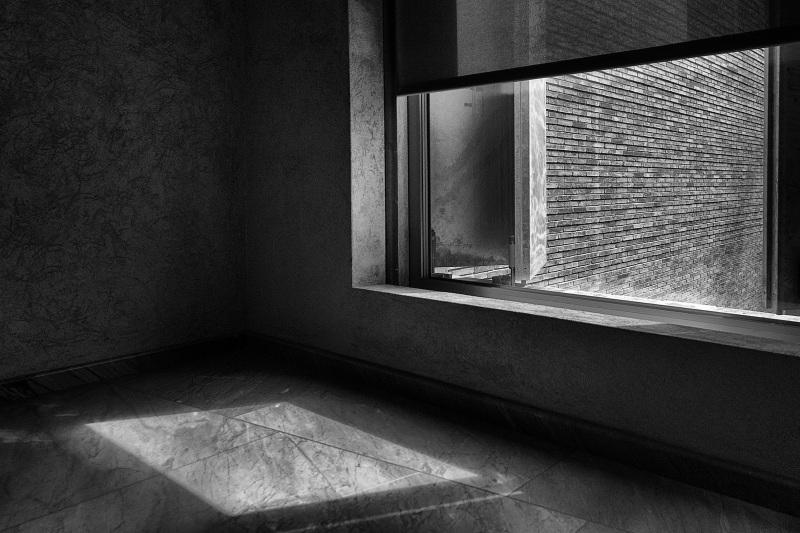 Die Aussenfassade und ein Lichteinfall durch ein Fenster im Erweiterungsbau des Kunstmuseums Basel der Basler Architekten Emanuel Christ und Christoph Gantenbein am Mittwoch, 13. April 2016. (KEYSTONE/Georgios Kefalas)