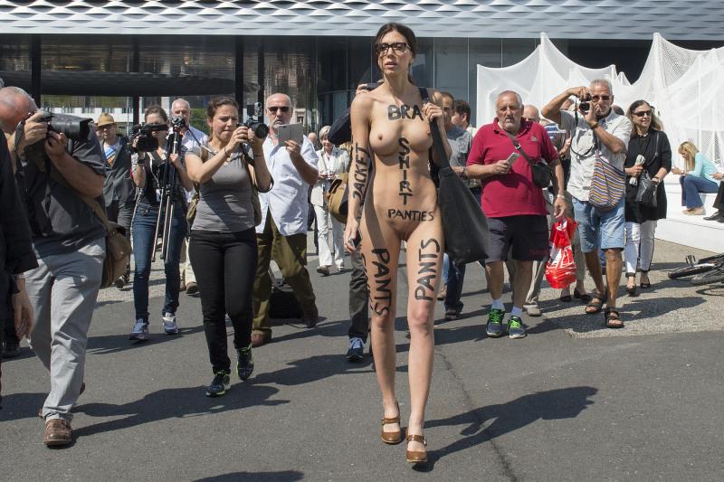 Milo Moiré mit ihrer Performance The Script System an der Art Basel am 19. Juni 2014. © KEYSTONE/Georgios Kefalas