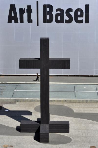 Ein Kreuz (2009) von Valentin Carron steht auf dem Messeplatz an der Art Basel am 8. Juni 2009. © KEYSTONE/Georgios Kefalas