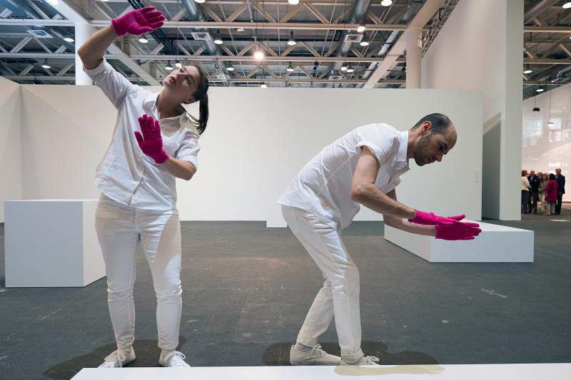 Die Performance Mimed Sculptures (2016)   von Davide Balula an der Art Unlimited Basel am 13. Juni 2016. © KEYSTONE/Georgios Kefalas