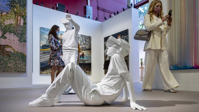 This is How We Play Together (2021) von Elmgreen & Dragset an der Art Basel am 22. September 2021. © KEYSTONE/Georgios Kefalas